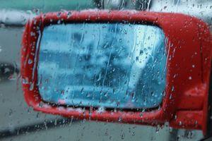 Đánh bay nước mưa bám trên gương ô tô với vật dụng dưới 15.000 đồng