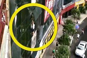 Thót tim cảnh bé trai treo lơ lửng ngoài cửa sổ tầng 8 không rõ lý do