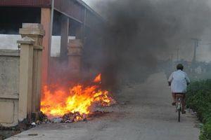 Bé trai 4 tuổi bị hoại tử tay chân vì ngã vào hố rác đang cháy