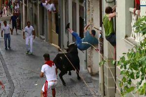 Bò tót điên cuồng tấn công, hất tung người đàn ông trên đường