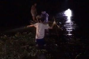 Đi xe máy 'kẹp 4' lao xuống sông, 2 người tử vong