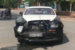 Rolls-Royce Wraith 'toác đầu' trên phố Hà Nội sang trọng đến mức nào?
