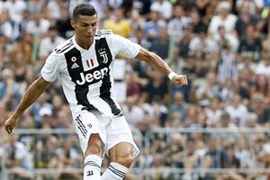 Ronaldo ghi bàn thần tốc, fan cuồng phá hỏng trận đấu