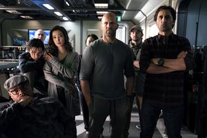 Siêu sao Jason Statham 'đánh bại' tài tử Tom Cruise, thống trị doanh thu phòng vé