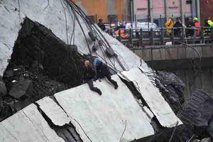 Cận cảnh thảm kịch sập cầu trên đường cao tốc ở Italia, hàng chục người chết