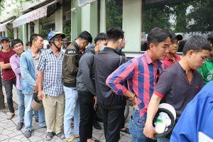 Tài xế GrabBike xếp hàng dài chờ đăng ký… Go-Viet