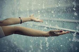 Trú mưa cùng mẹ