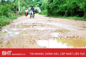 Rùng mình qua cầu hẹp, đường 'nát như tương' ở Lộc Yên