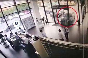 Đạp nhầm chân ga, nữ tài xế ô tô đâm tan nát cửa hàng xe BMW