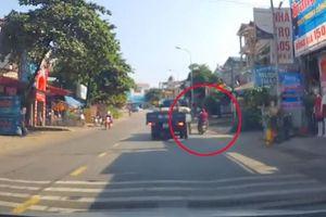Tài xế xe máy đánh lái tài tình tránh ô tô tải rẽ phải bất ngờ
