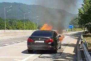 Đang chạy thì bốc cháy, gần 30.000 xe BMW bị cấm ra đường ở Hàn Quốc