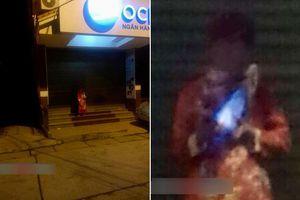 Nửa đêm 1 người mặc áo quan đứng trước của ngân hàng vắng tanh khiến bao người 'hồn xiêu phách lạc'