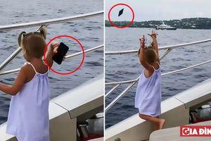 Bé gái tóm điện thoại của bố liệng xuống biển vì ông bố quá mải miết với điện thoại