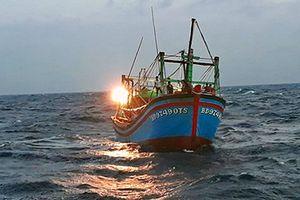 Cứu nạn tàu cá cùng 9 ngư dân ở vùng biển Trường Sa