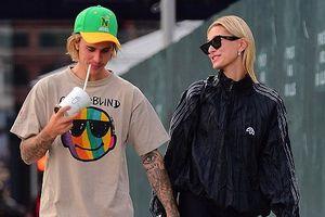 Justin Bieber nắm chặt tay vợ sắp cưới Hailey Baldwin khi đi dạo phố