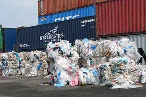 'Đau đầu' vì rác phế liệu ngập cảng