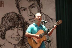 Nghe nhạc sĩ Lê Tâm đàn hát bài 'Tiếng Việt' phổ thơ Lưu Quang Vũ