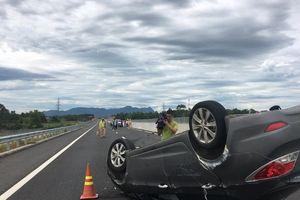 Ôtô chở thai phụ lật trên cao tốc Đà Nẵng – Quảng Ngãi