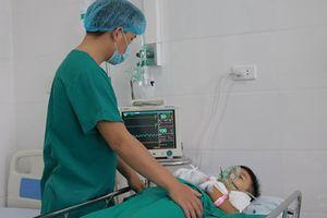 Một cháu bé bị thương do đồ chơi phát nổ