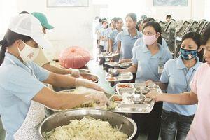 Doanh nghiệp chăm lo bữa ăn cho công nhân