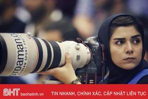Nữ phóng viên thể thao Iran gây chú ý khi leo mái nhà tác nghiệp