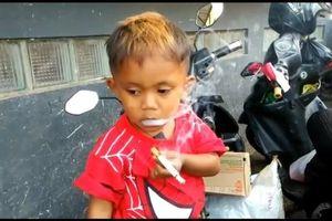 Clip: Cậu bé 2 tuổi hút 40 điếu thuốc 1 ngày