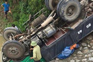 Xe tải lao xuống bờ kè, 4 người thương vong