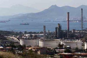 Giá dầu giảm mạnh, dầu WTI chạm đáy 10 tuần do dự trữ tại Mỹ tăng vọt