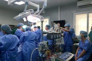 Lần đầu tiên phẫu thuật lồng ngực có sử dụng máy tim phổi nhân tạo