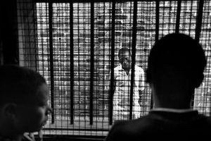'Bố già' hắc ám ngồi trong trại giam vẫn khiến hàng loạt 'quý bà' sa bẫy