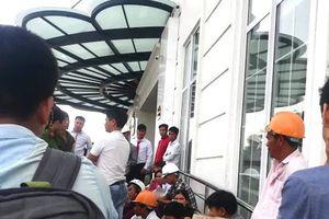 Hơn trăm công nhân tụ tập trước khách sạn dát vàng đòi lương
