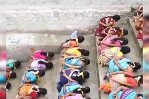 Clip: Mong có con, hàng trăm phụ nữ đua nhau quỳ gối ăn cơm trộn cát