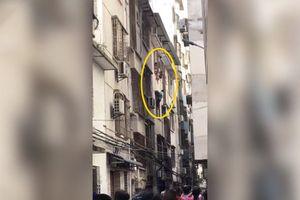 'Người nhện' tay không trèo tầng 4 giải cứu cậu bé bị mắc kẹt ở ban công