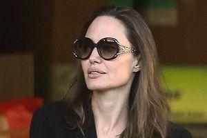 Angelina Jolie lộ mặt mộc bơ phờ, tỏ ra bất lực giữa lùm xùm ly hôn