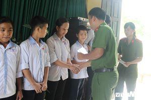 Chiến sĩ công an trẻ tặng quà học sinh, gia đình bị thiệt hại sau lũ ở Chương Mỹ