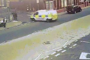 Anh: Đang đuổi bắt tội phạm thì bị xe của đồng nghiệp đâm rồi chèn qua