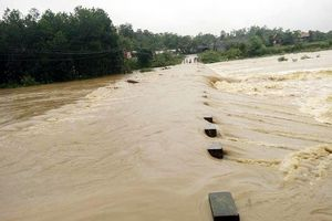 Nước lũ dâng khiến xã miền núi Nghệ An bị cô lập
