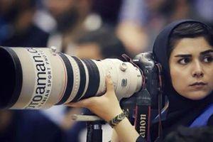 Nữ nhiếp ảnh gia Iran bị cấm vào sân vận động, phải lên nóc nhà chụp ảnh bóng đá