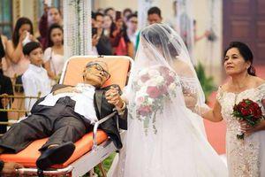 Cảm động người cha sắp qua đời nằm trên cáng dắt tay con gái vào lễ đường