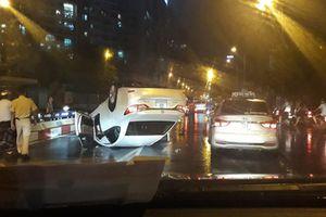 Clip: Xe sang Lexus phơi bụng giữa phố Hà Nội trong đêm mưa