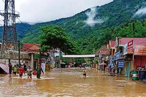 Nghệ An: Mưa lớn nhiều bản làng ngập sâu, 2 người chết do nước lũ cuốn trôi