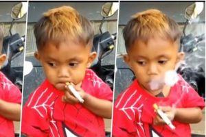 Rùng mình cảnh cậu bé 2 tuổi rưỡi 'nghiện' thuốc lá, hút mỗi ngày 40 điếu