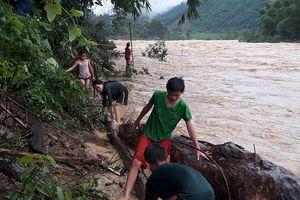 Bất chấp lệnh cấm, người dân hai bên sông Lò (huyện Quan Sơn) vẫn dầm mình 'đùa với tử thần'