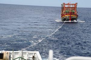 Lai dắt tàu cá Quảng Bình hỏng máy về đảo Lý Sơn an toàn