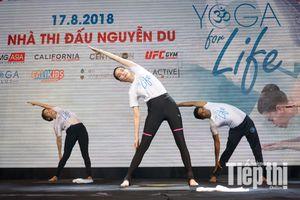 Hồ Ngọc Hà hướng dẫn tập Yoga cho hàng trăm người