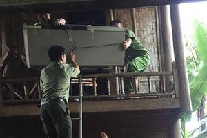 Công an dầm mưa giúp dân vượt lũ ở miền Tây xứ Nghệ