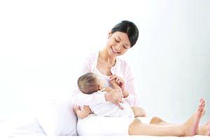 Sữa mẹ hoàn toàn đáp ứng đủ nhu cầu dinh dưỡng và nước cho trẻ