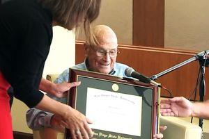 Cụ ông 105 tuổi bất ngờ được nhận bằng tốt nghiệp đại học sau 83 năm
