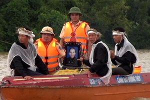 Thanh Hóa: Xót lòng cảnh dùng canô đưa tang trong cơn lũ