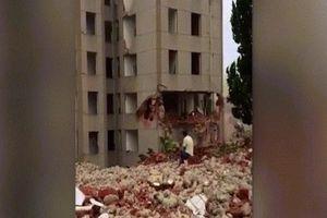 TQ: Cả tòa nhà đổ sập vào chỗ người đàn ông ngồi